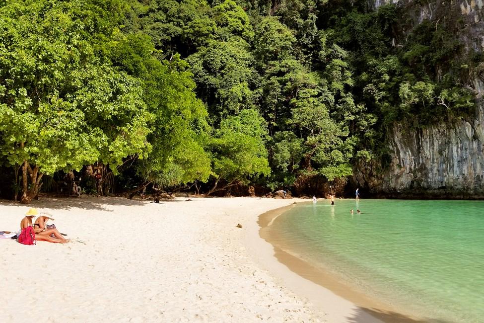 Hong Islandin saarelle järjestetään veneretkiä Klong Muangista sekä Ao Nangilta