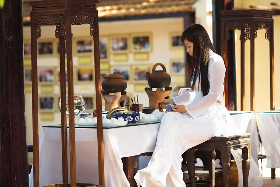 Nainen Ao dai -mekossaan Arts & crafts villagessa, Nha Trang, Vietnam