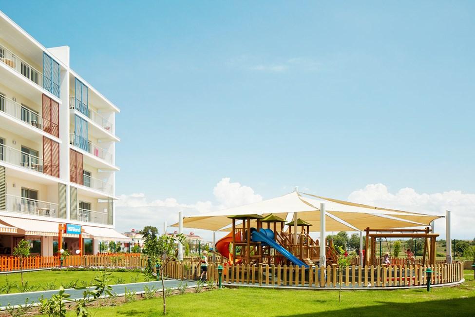Lasten leikkipaikka on varjoisalla paikalla Lollon & Bernien Mini Landin vieressä.