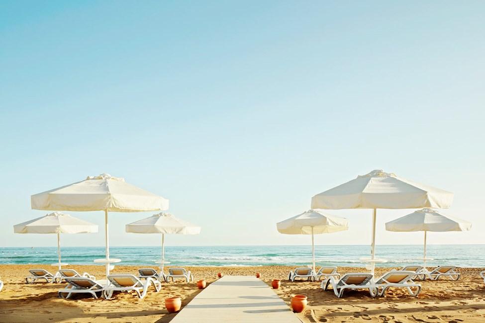 Siden itäinen ranta sijaitsee noin 500 m päässä hotellista.
