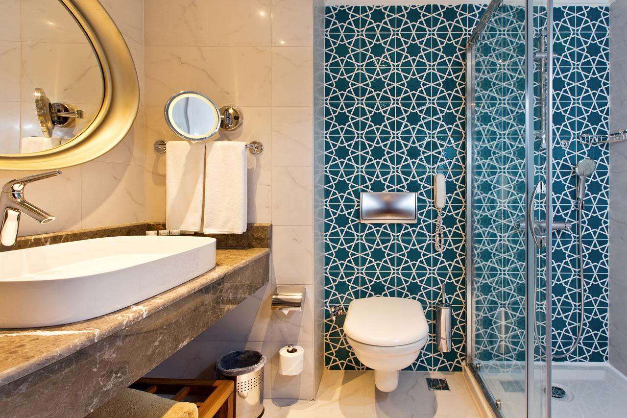 Kylpyhuone kahden hengen huoneessa, jossa ranskalainen parveke tai parveke ja merinäköala
