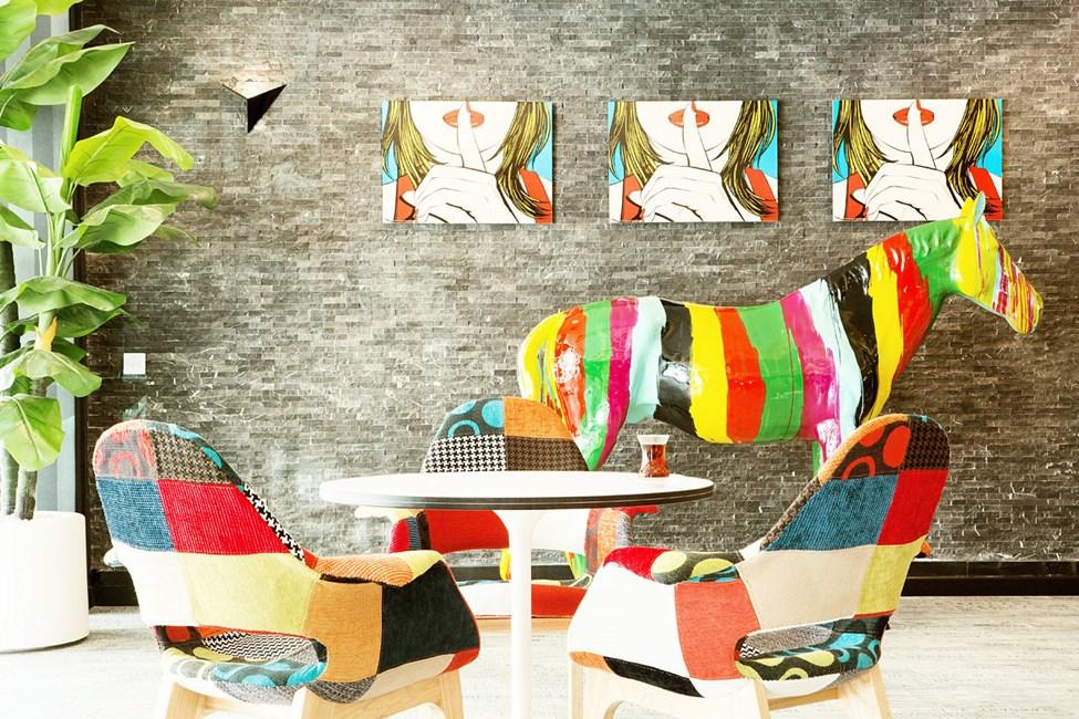 Rentoudu hotellin kahvilassa ja nauti kupillinen kahvia tai teetä leivoksen kera
