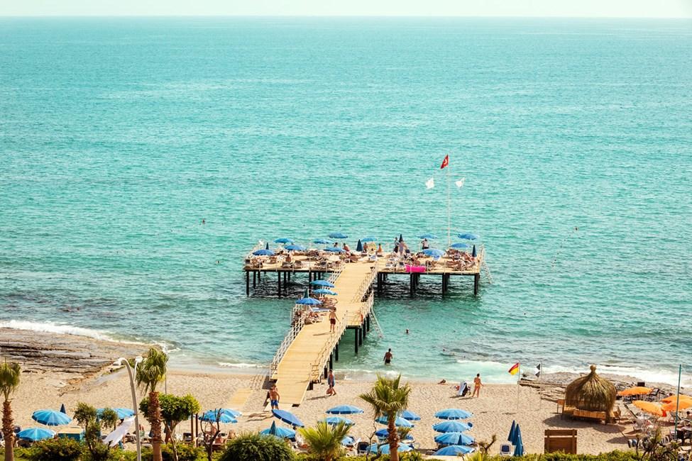 Sunprime C-Loungen edustalla oleva laituri ja ranta-alue