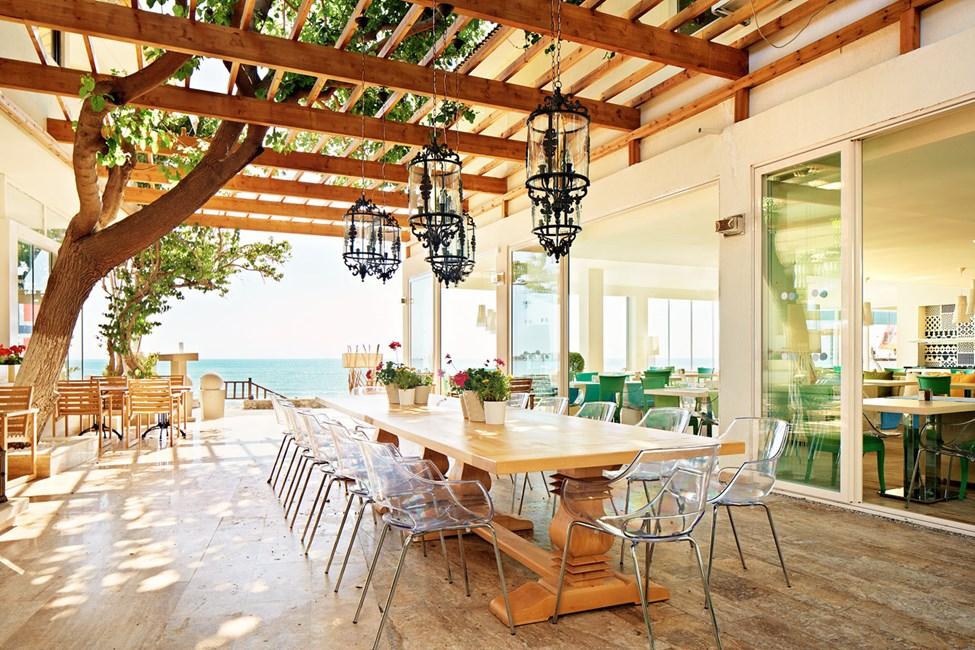 Sunprime Restaurant & Bar sijaitsee upealla paikalla Siden hienon rantapromenadin varrella