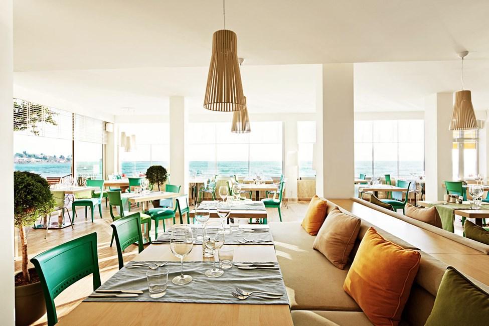 Sunprime Restaurant & Barissa voit istua joko sisällä tai ulkona, näköala on joka tapauksessa fantastinen.