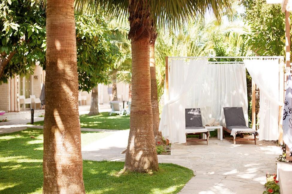 Spa-hoidon jälkeen voit rentoutua hetken aurinkotuolilla.