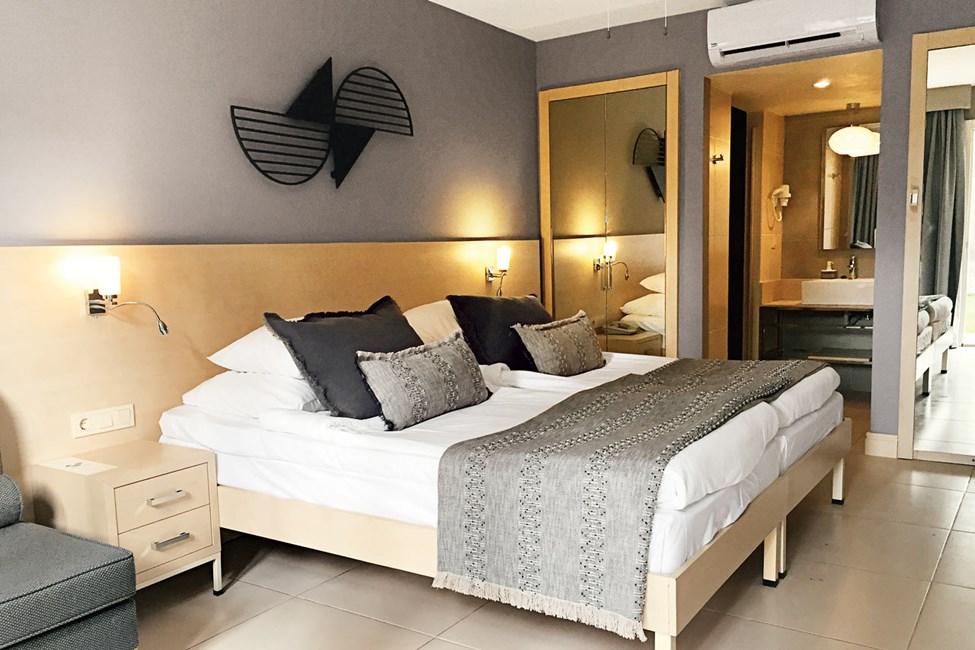 Ennen kesäkauden 2020 alkua kaikki huoneet maalataan ja niihin vaihdetaan tekstiilit sekä kylpyhuoneet kunnostetaan osittain. Kuva on esimerkki huoneista kunnostuksen jälkeen.
