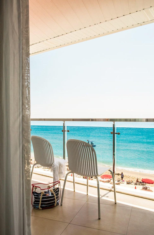Sunprime Alanya Beachin monista huoneista ja sviiteistä avautuvat hienot näköalat merelle.