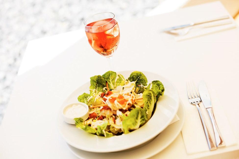 Sunprime Restaurant -ravintolassa tarjoillaan herkullisia ruokia aamusta iltaan.