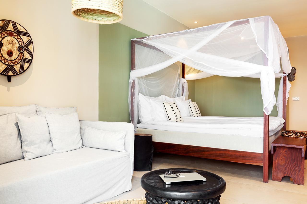 Esimerkkikuva sviitin makuuhuone- ja olohuoneosasta. Hyttysverkko erikseen pyydettäessä.