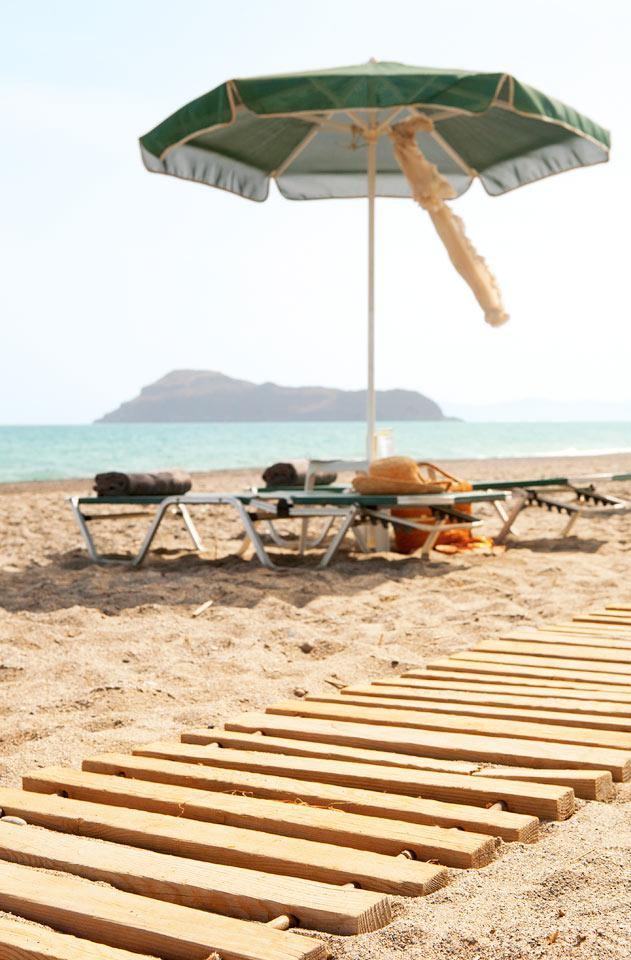 Aurinkotuoleja ja -varjoja on myös rannalla, muutaman askeleen päässä hotellilta.