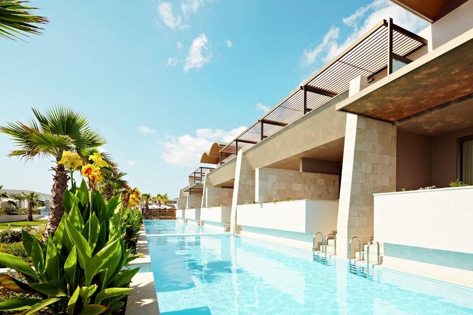 Kahden hengen huone, josta suora pääsy yhteiseen, jaettuun uima-altaaseen (tikkaat alas altaaseen)