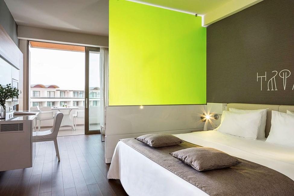 Perhehuone, joista useissa on vihreä ja lasinen väliseinä