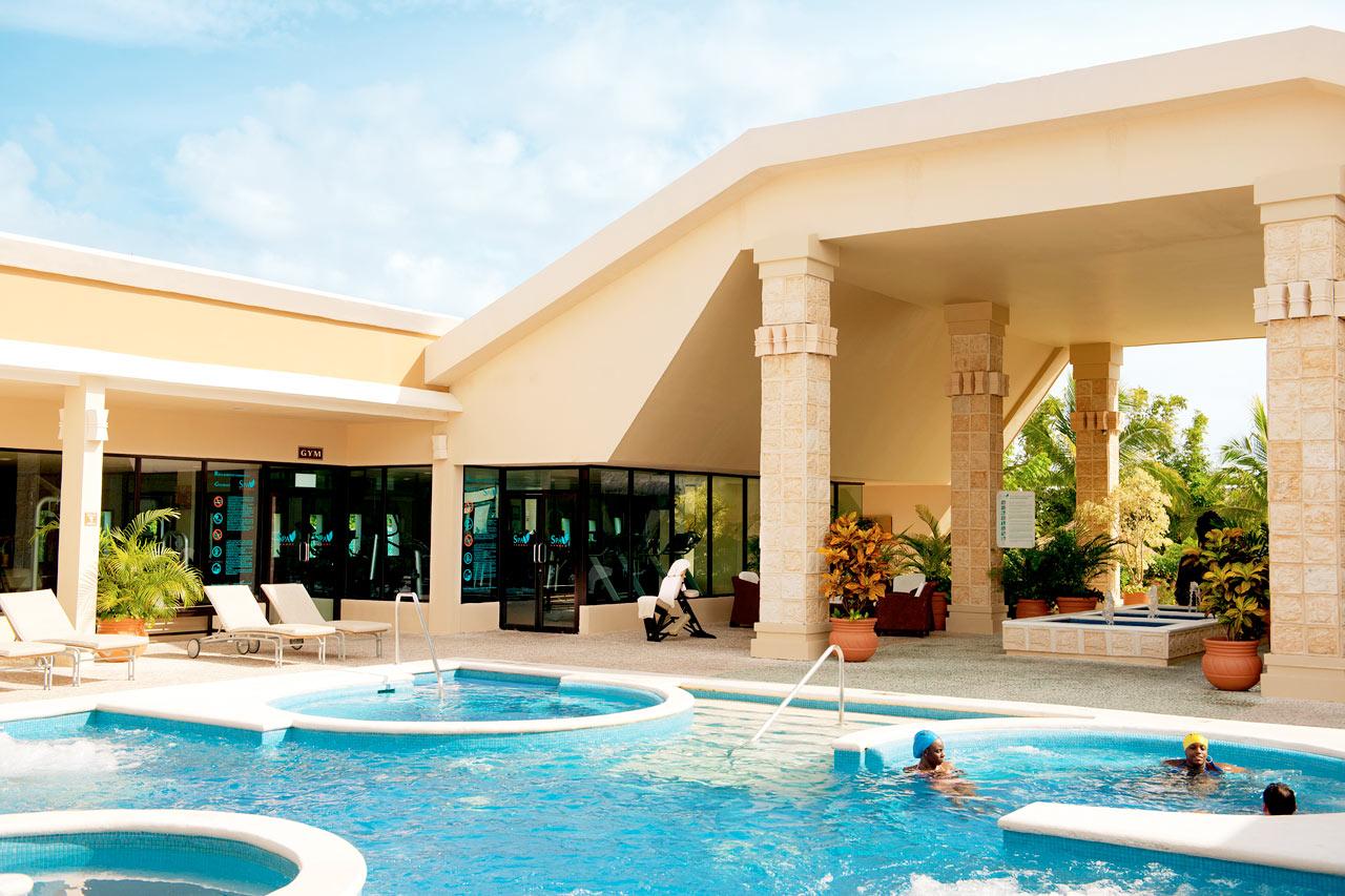 Uima-allas hotellin spa-osastolla (ikäraja 18 vuotta)