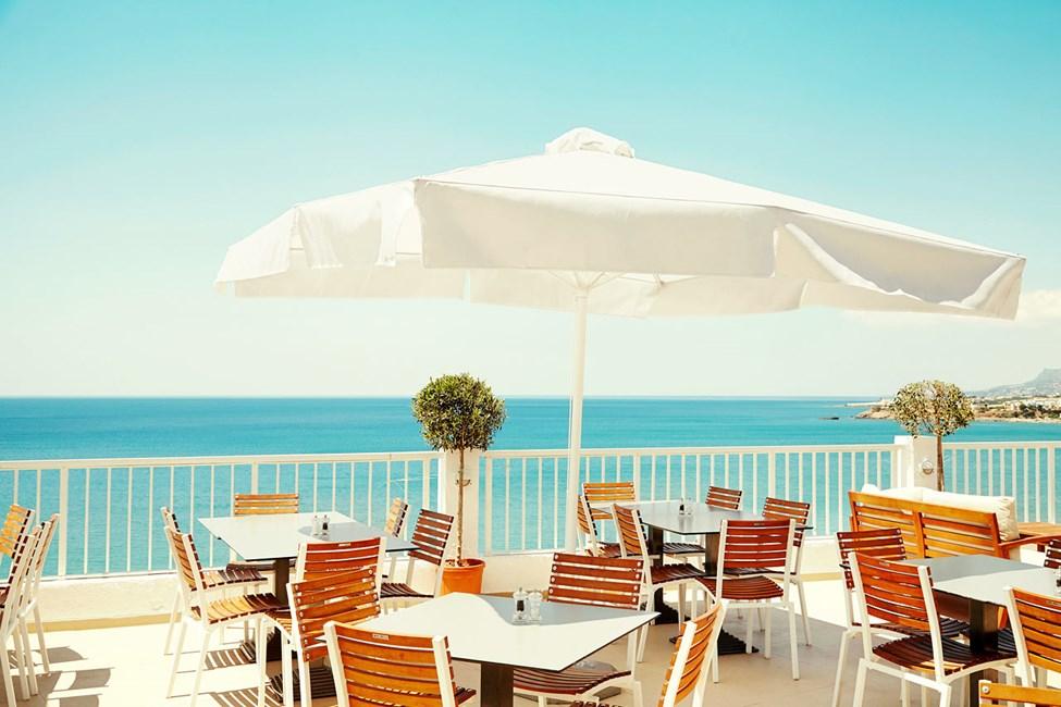 Buffetravintolan ihanalla terassilla voit nauttia hyvästä ruuasta ja ihailla samalla upeita näköaloja.