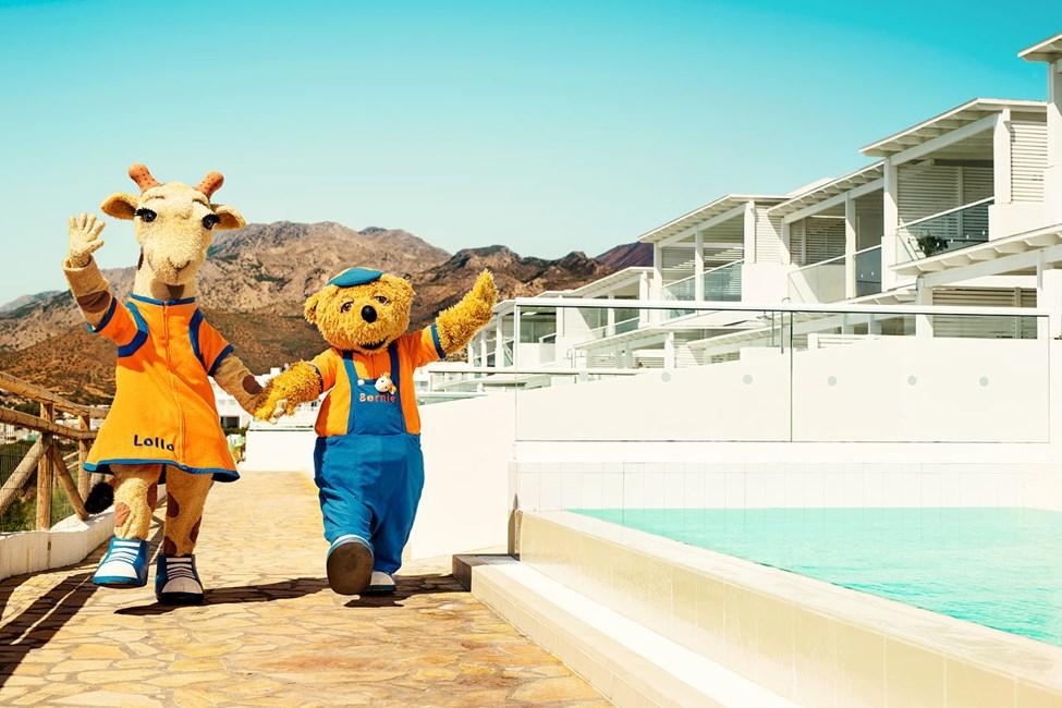 Lollo & Bernie toivottavat kaikki lapset ja aikuiset tervetulleeksi Sunwing Makrigialos Beachiin.