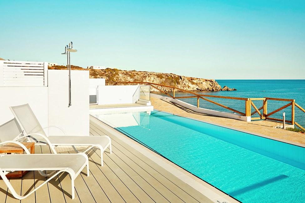 Yksi ihanista Royal Pool Suite -huoneistoista, josta on suora pääsy omaan, jaettuun uima-altaaseen, Afrodite