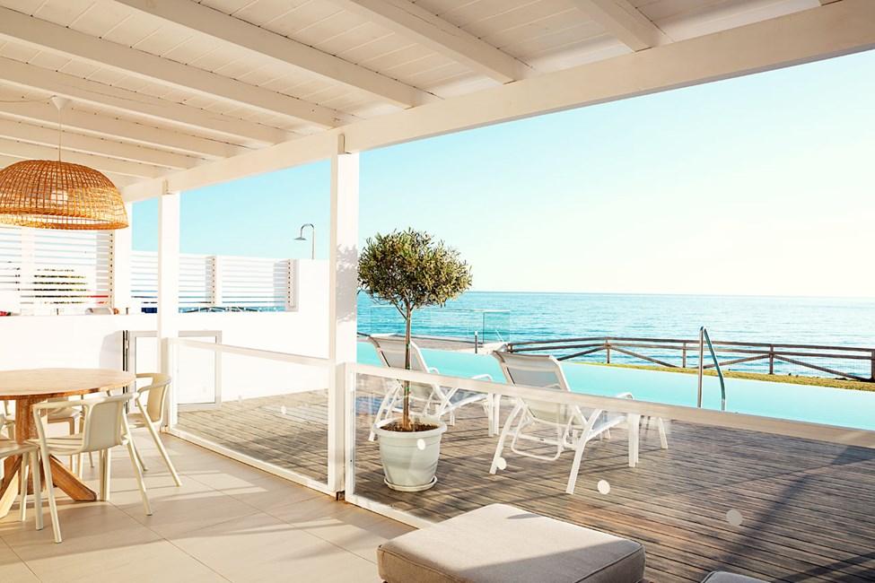 Royal Pool Suite -kolmio, iso terassi, merinäköala ja suora pääsy yksityiseen, jaettuun uima-altaaseen. Kaksi makuuhuonetta.