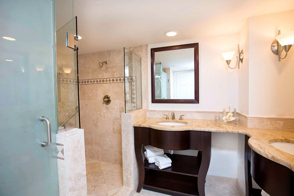 Sviitti-kaksion kylpyhuone