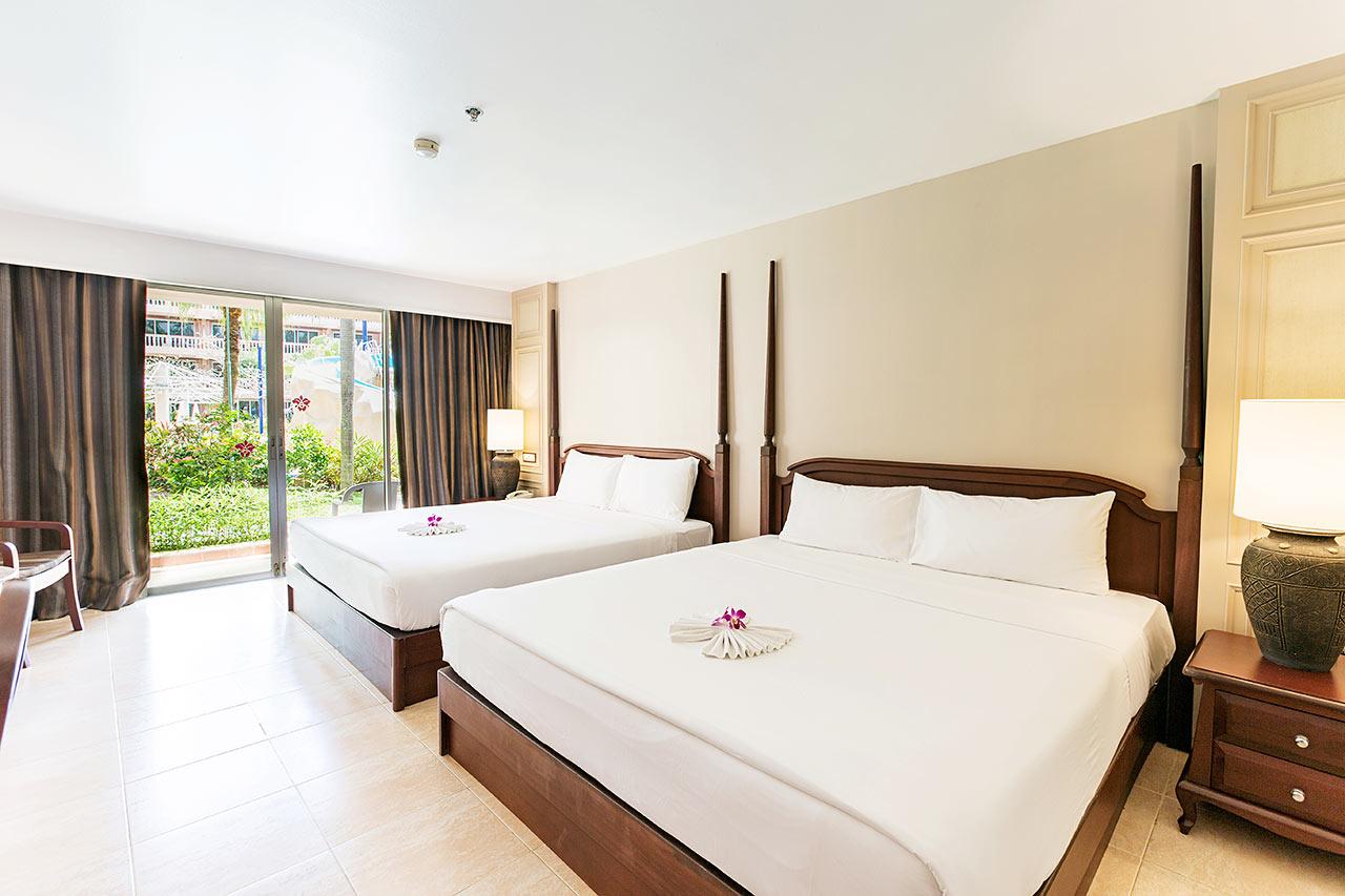 Perhehuone, jossa lisävuoteet jo huoneessa valmiina olevissa vuoteissa