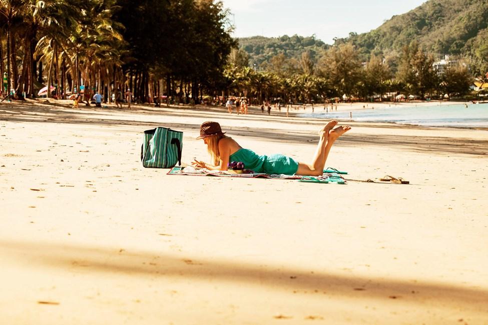 Hotellin edessä on loivasti syvenevä Kamala Beachin ranta