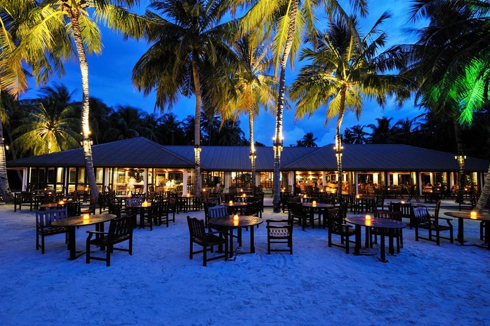 Viihtyisää iltatunnelmaa hotellin rantabaarissa