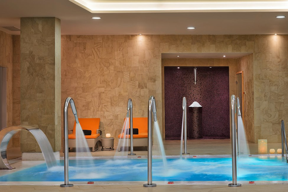 Sisäuima-allas hotellin spa-osastolla
