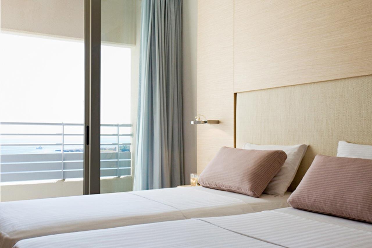 Kahden hengen huone, parveke ja merinäköala