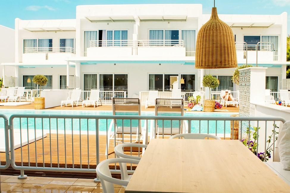 Royal Family Suite, jonka suurelta terassilta on suora pääsy yksityiseen, jaettuun uima-altaaseen