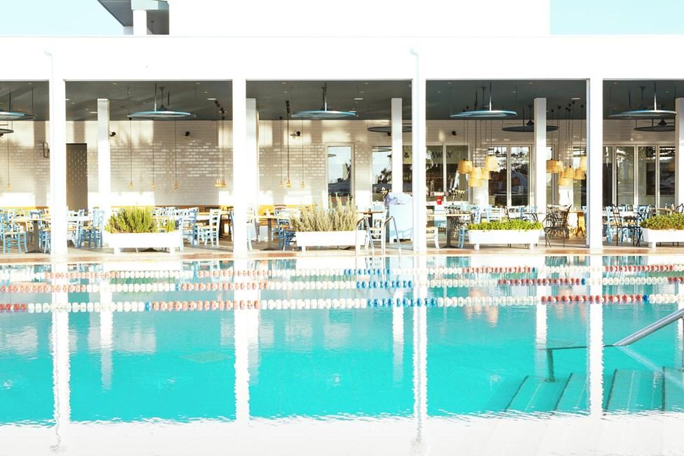 Sporttiallas sopii hyvin uimiseen. Nauti aamu-uinnista.