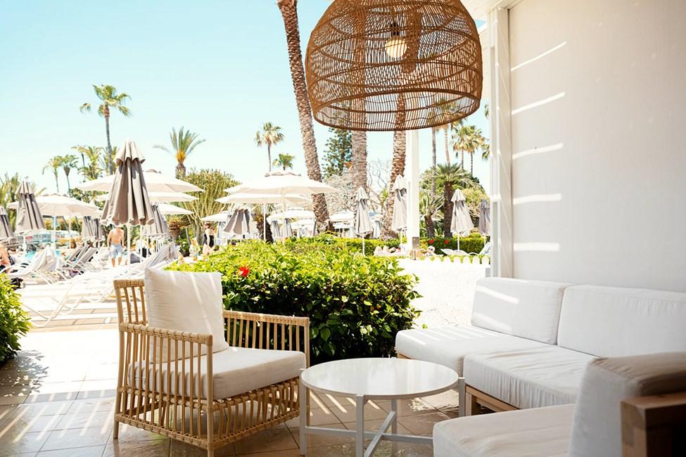 Royal Lounge Suite -kaksio, terassi allasalueelle päin