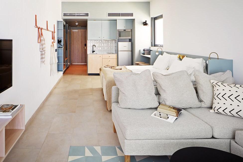 COMPACT SUITE, yksi huone, terassi allasalueelle päin ja pääsy yksityiseen, jaettuun altaaseen