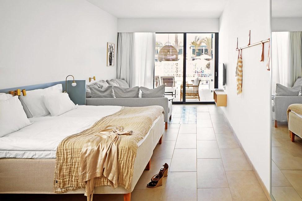 COMPACT SUITE, 1 huone, terassi allasalueelle päin ja pääsy yksityiseen, jaettuun altaaseen