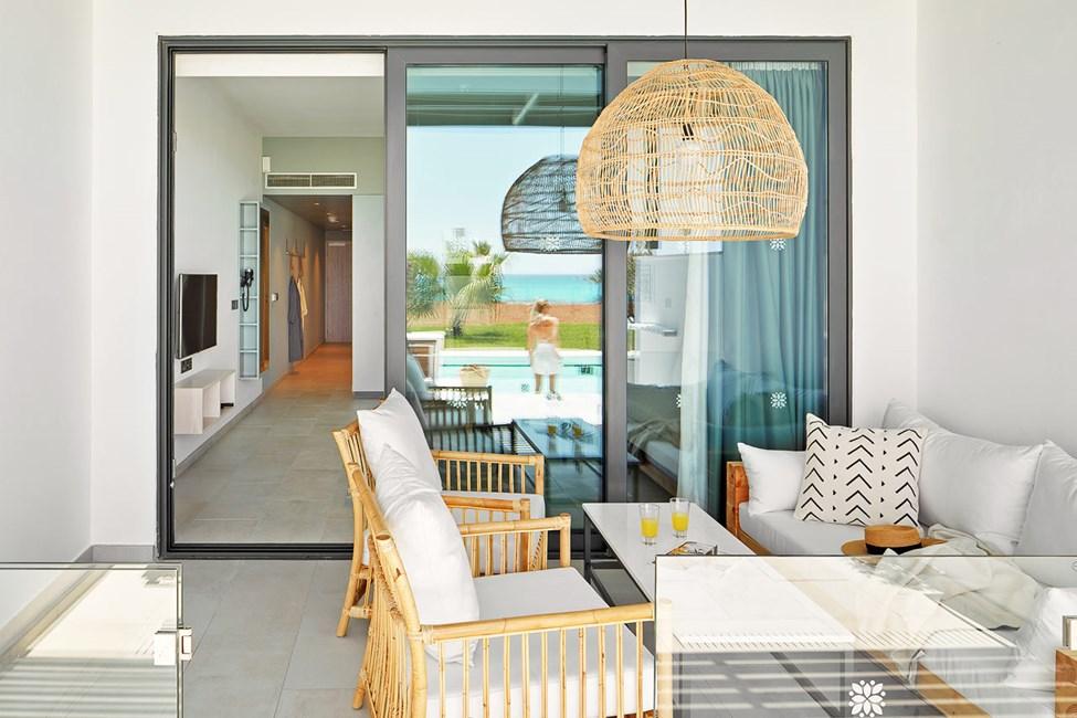 CLUB SUITE, 2 huonetta, terassi meren puolella ja pääsy yksityiseen, jaettuun altaaseen