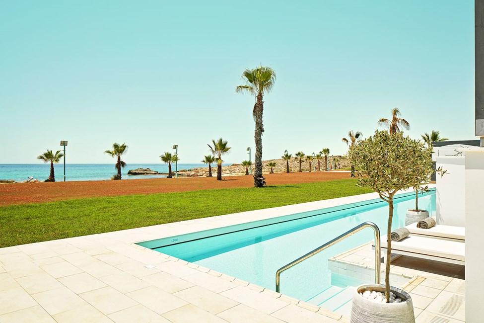 CLUB SUITE, 2 huonetta, terassi meren puolella ja pääsy yksityiseen, jaettuun uima-altaaseen