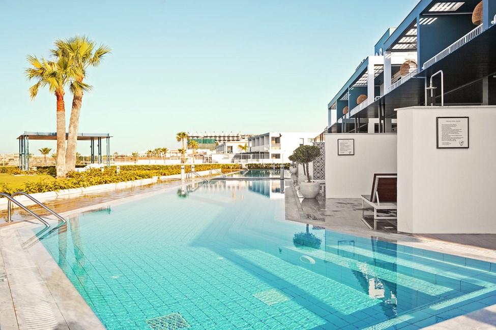 CLUB POOL SUITE, 2 huonetta, iso terassi meren puolella, suora pääsy yksityiseen/jaettuun uima-altaaseen