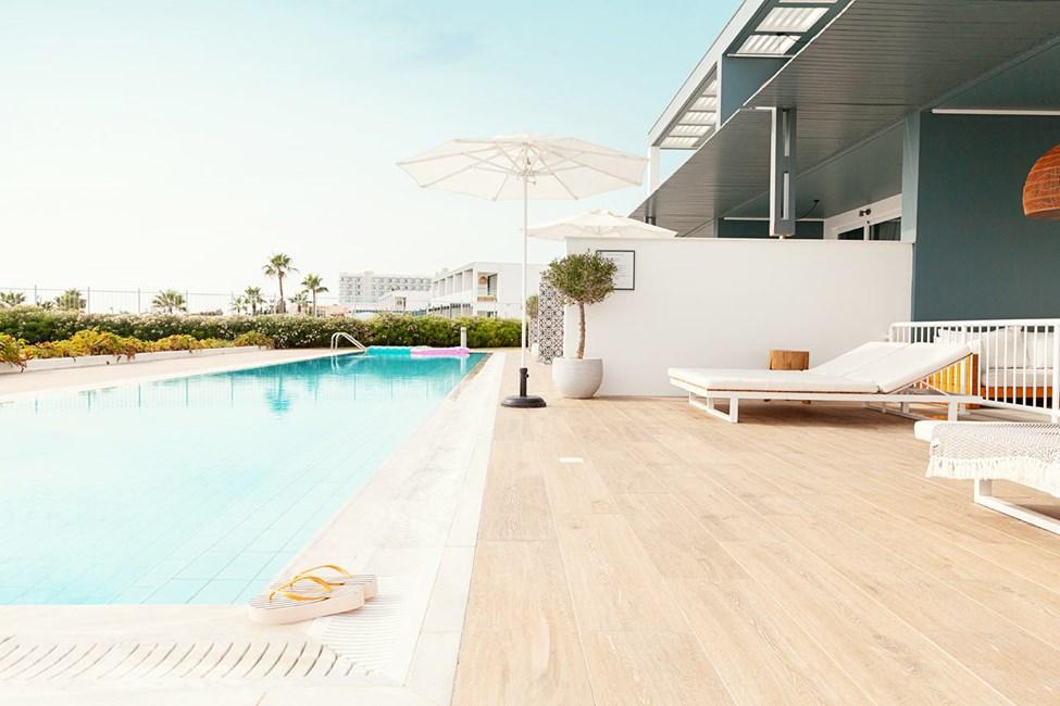 CLUB POOL SUITE, 3 huonetta, suuri terassi meren puolella ja suora pääsy yksityiseen, jaettuun uima-altaaseen