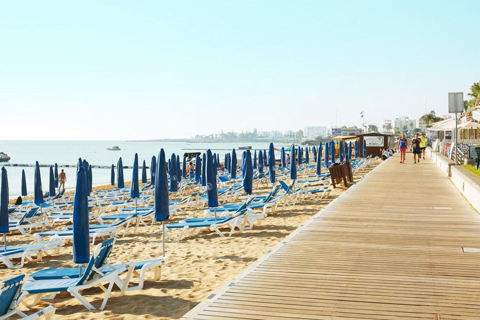Hotellin edessä olevaa 3:n kilometrin pituista rantakatua pitkin on mukava lähteä juoksulenkille tai rauhalliselle kävelyretkelle.