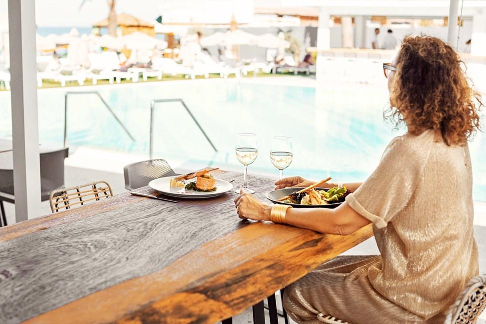 Hotellin Beach Clubin puolella olevasta à la carte -ravintolasta avautuvat hienot näköalat merelle