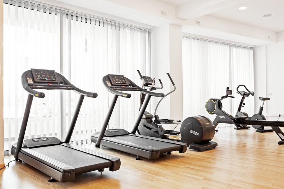 Hotellin kuntosalilla on sekä kuntoilulaitteita että vapaita painoja
