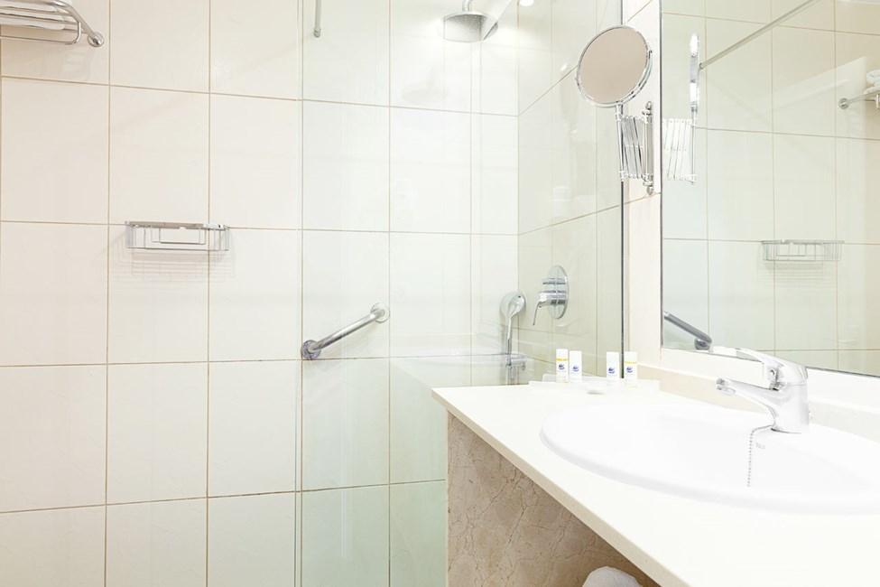Kylpyhuone yksiössä, jossa parveke ja merinäköala