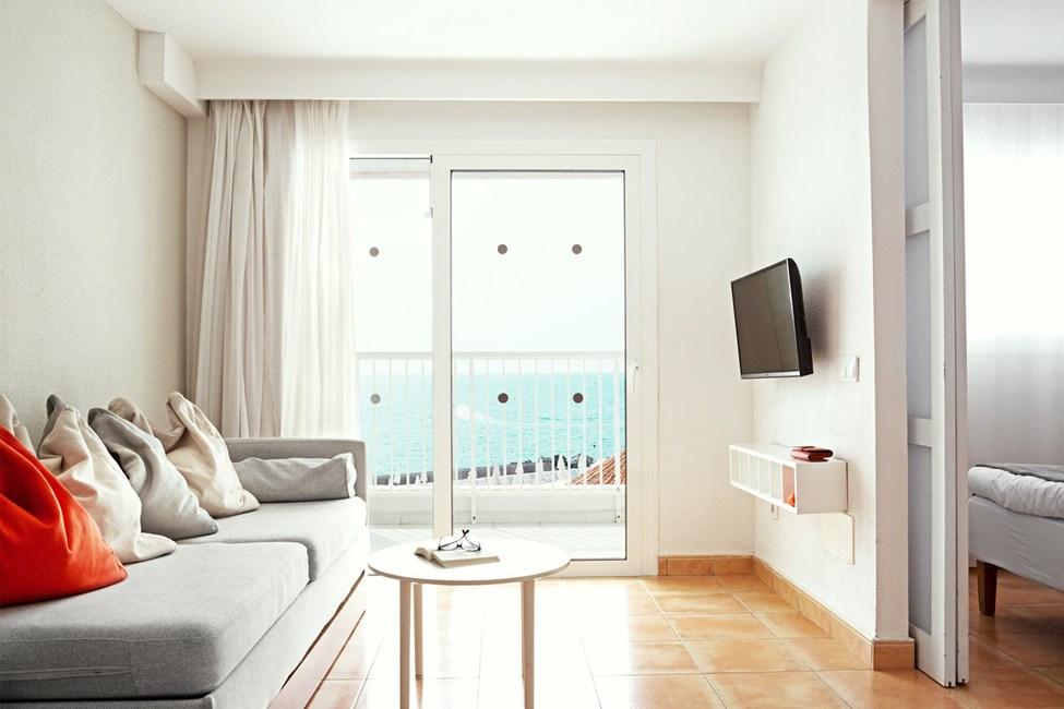 FAMILY - 2 huonetta, parveke ja merinäköala. Sopii liikuntaesteisille.