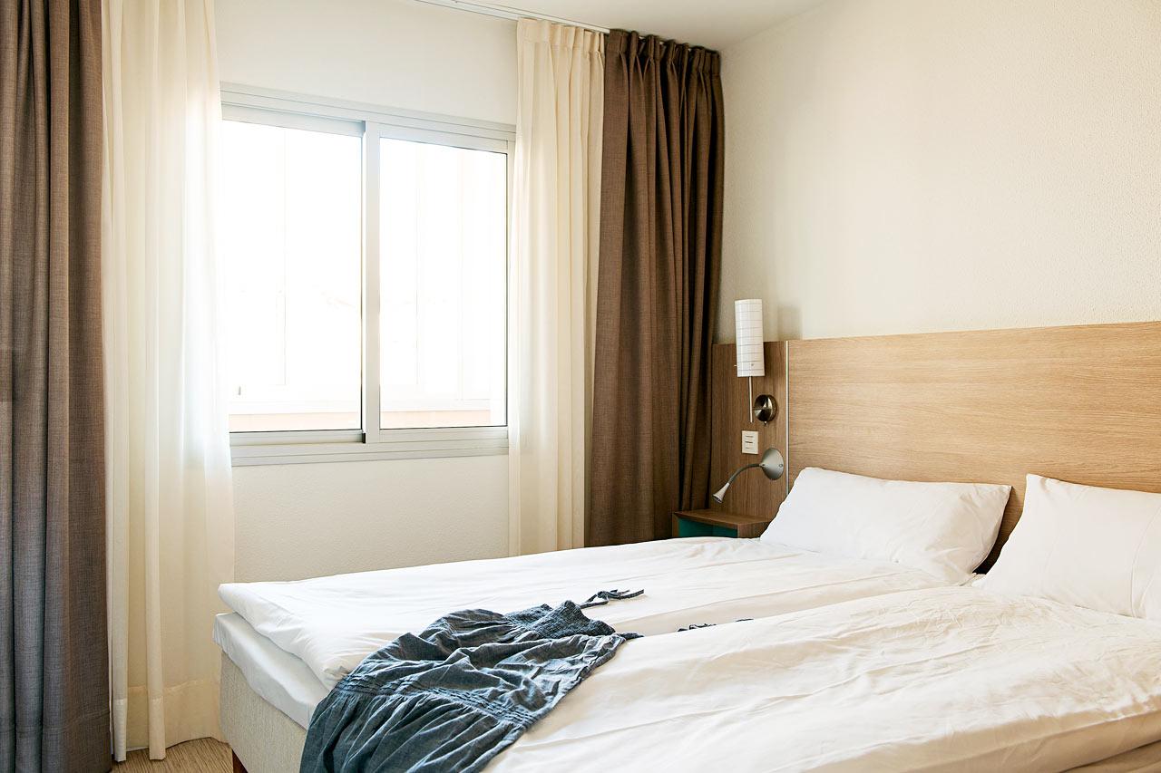 Merinäköalallisen kaksion makuuhuone