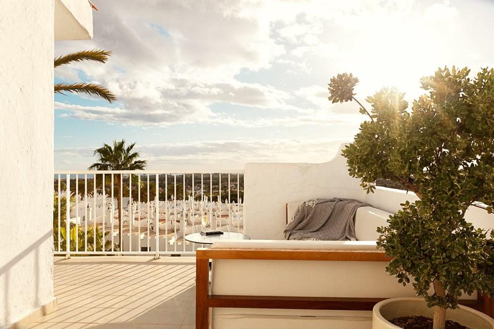 Kaikissa Prime Lounge Suites -huoneistoissa on suuri kalustettu parveke ja aurinkovuoteet.