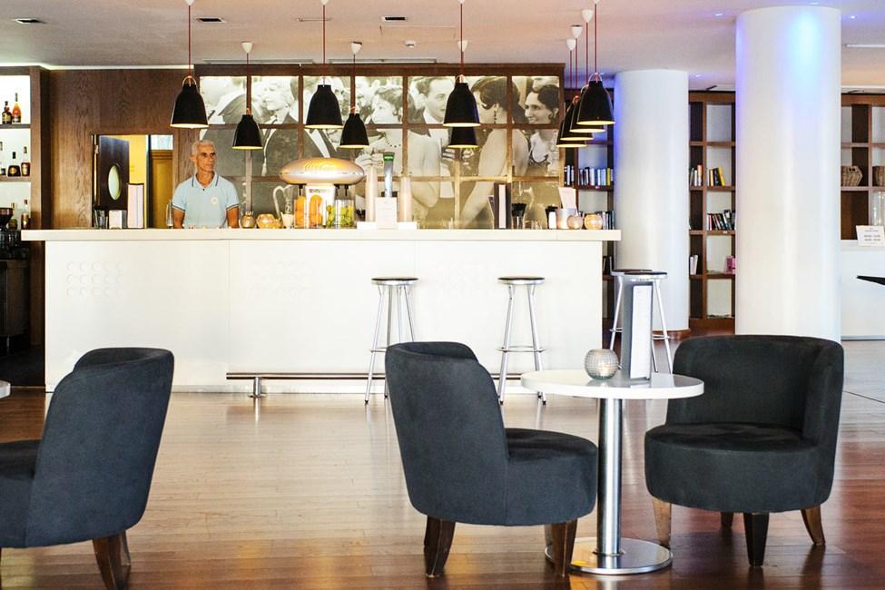 Loungebaarissa voit istua ja nauttia lomastasi, ja täällä soitetaan myös livemusiikkia useina iltoina viikossa