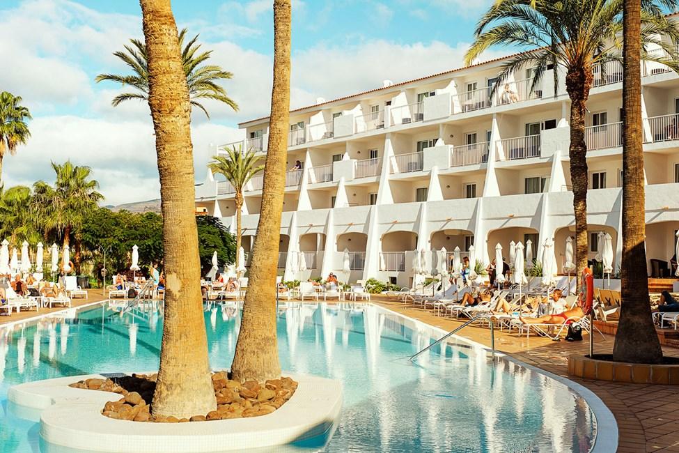 Atlantic View -hotellin uima-altaiden ympärillä vallitsee mukavan rauhallinen tunnelma.