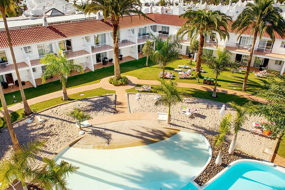 Hiekkarannan tunnelmista voit nauttia myös hotellin uima-allasalueella.
