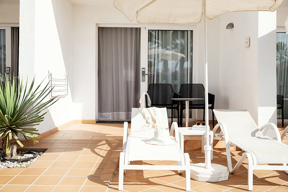 Classic Suite ja terassi puutarhaan päin - sopii liikuntaesteisille