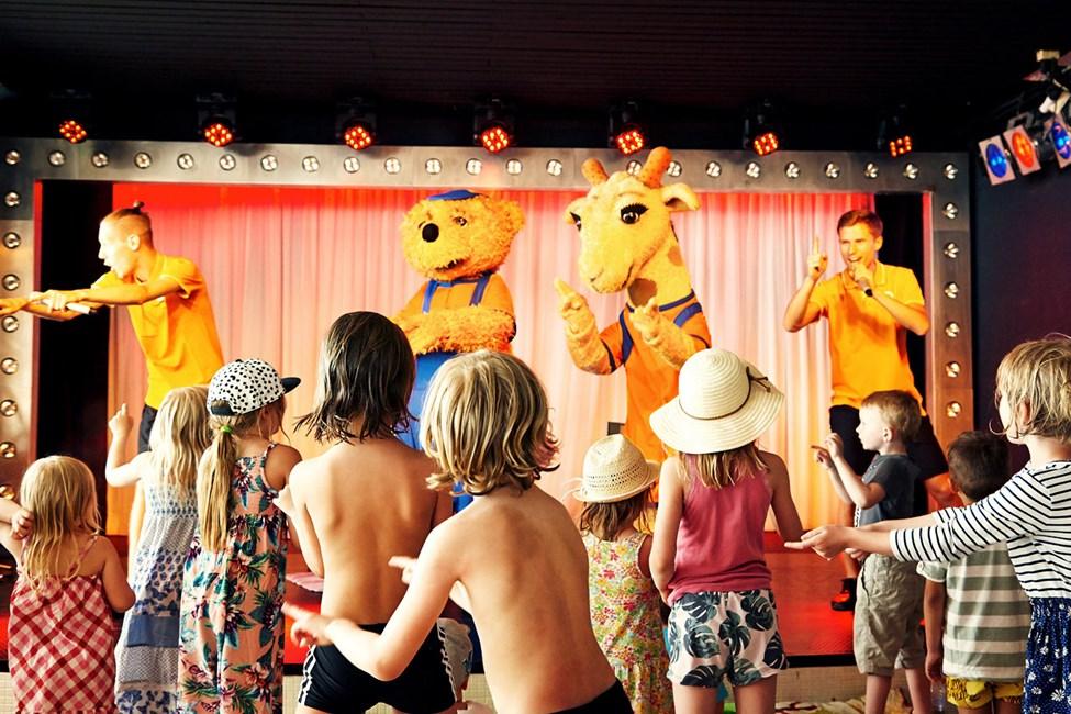 Mini Discon alkaessa tanssilattia täyttyy nopeasti tanssivista lapsista.