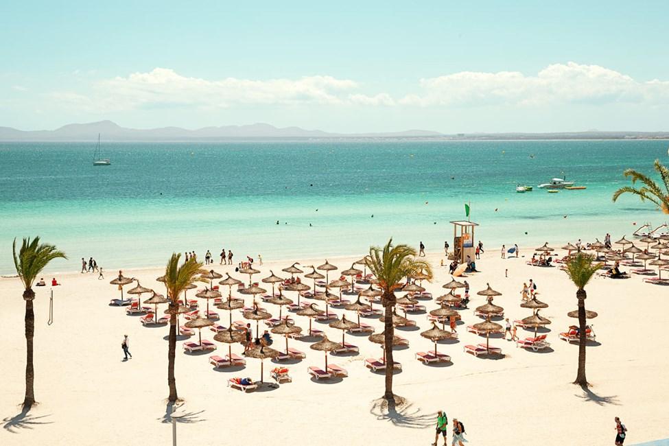 Hotellin edessä oleva ranta on leveä, kymmeniä kilometrejä pitkä ja hiekka liidunvalkoista.